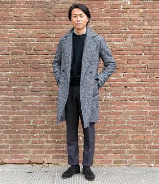 Cómo combinar: abrigo largo gris, blazer de lana en gris oscuro, camisa de vestir gris, camiseta con cuello circular negra