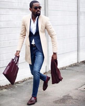 Cómo combinar: abrigo largo en beige, blazer de rayas verticales azul marino, camisa de vestir blanca, vaqueros pitillo azules