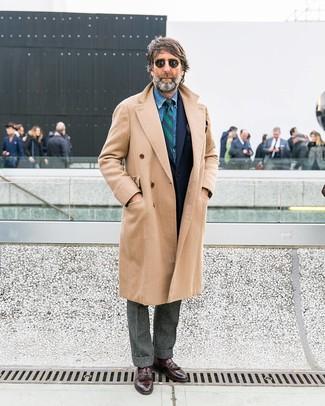 Cómo combinar: abrigo largo en beige, blazer de lana azul marino, camisa vaquera azul, pantalón de vestir de lana gris