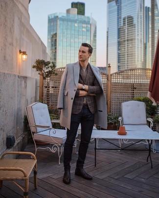 Cómo combinar: abrigo largo gris, blazer de tartán marrón, camiseta con cuello circular gris, vaqueros azul marino