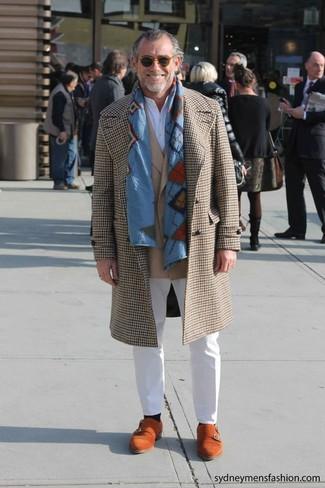 Cómo combinar: abrigo largo de pata de gallo marrón claro, blazer marrón claro, camiseta henley blanca, pantalón chino blanco