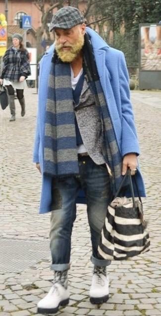 Cómo combinar: abrigo largo celeste, blazer de lana gris, chaleco de vestir de lana azul marino, camiseta con cuello en v blanca