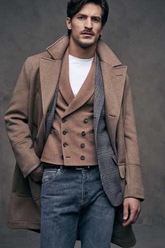 Cómo combinar: abrigo largo marrón, blazer de lana de tartán gris, chaleco de vestir de lana marrón, camiseta con cuello circular blanca