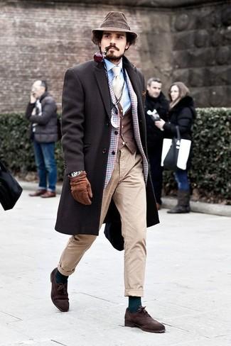Cómo combinar: abrigo largo en marrón oscuro, blazer de lana a cuadros celeste, chaleco de vestir en marrón oscuro, camisa de vestir celeste