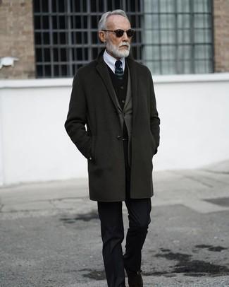 Cómo combinar: abrigo largo en gris oscuro, blazer verde oliva, chaleco de vestir de terciopelo negro, camisa de vestir blanca