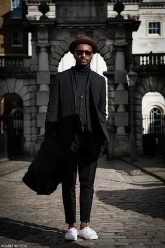 Cómo combinar: abrigo largo negro, blazer negro, chaleco de vestir negro, jersey de cuello alto negro