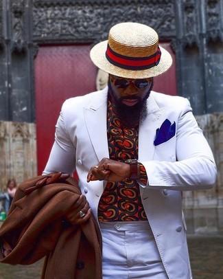 Cómo combinar: abrigo largo marrón, blazer cruzado blanco, camisa de manga larga estampada roja, pantalón de vestir blanco