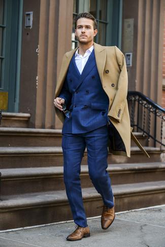 Cómo combinar: abrigo largo marrón claro, blazer cruzado azul, camisa de vestir blanca, pantalón de vestir azul
