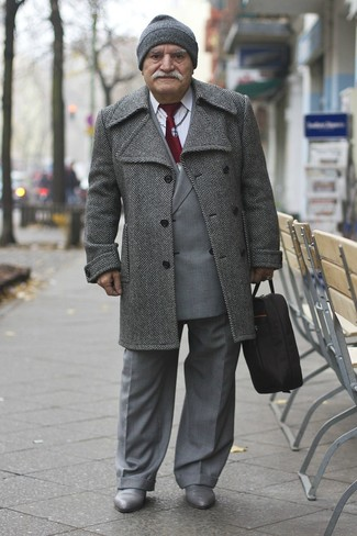 Cómo combinar: abrigo largo de espiguilla gris, blazer cruzado de tartán gris, camisa de vestir blanca, pantalón de vestir gris