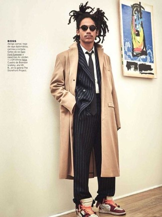 Cómo combinar: abrigo largo en beige, blazer cruzado de rayas verticales negro, camisa de vestir blanca, pantalón de vestir de rayas verticales negro