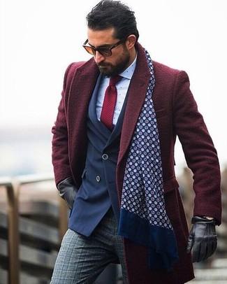 Cómo combinar: abrigo largo burdeos, blazer cruzado azul marino, camisa de vestir a lunares blanca, pantalón de vestir de lana de tartán gris