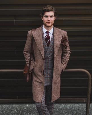 Cómo combinar: abrigo largo marrón, blazer cruzado de lana a cuadros gris, camisa de vestir blanca, pantalón de vestir de lana de tartán gris