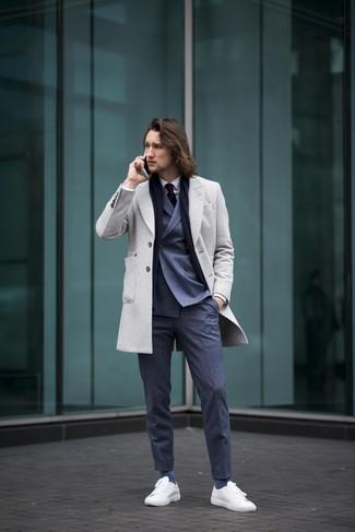 Cómo combinar: abrigo largo gris, blazer cruzado azul marino, camisa de vestir blanca, pantalón de vestir azul marino