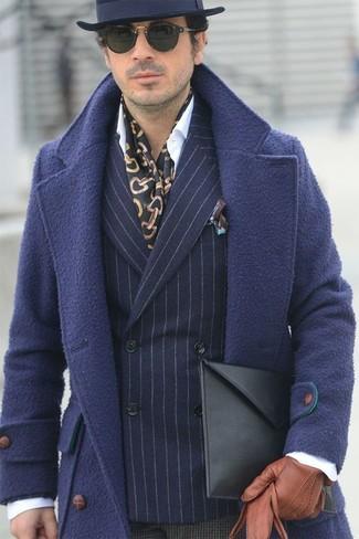 Cómo combinar: abrigo largo azul marino, blazer cruzado de lana de rayas verticales azul marino, camisa de vestir blanca, pantalón de vestir de lana a cuadros en marrón oscuro