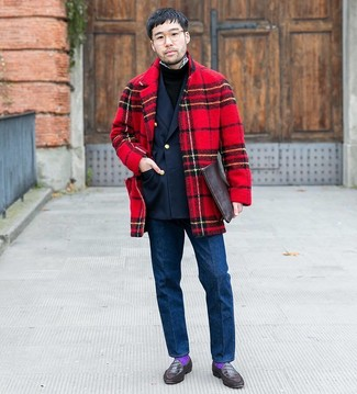 Cómo combinar: abrigo largo de tartán rojo, blazer cruzado azul marino, jersey con cuello circular negro, camisa de manga larga de cuadro vichy en blanco y negro
