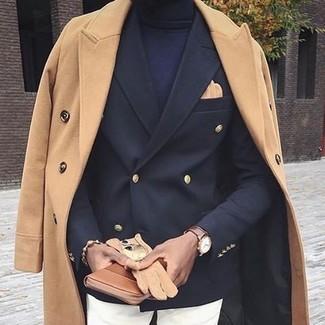 Cómo combinar: abrigo largo marrón claro, blazer cruzado negro, jersey de cuello alto azul marino, pantalón chino blanco