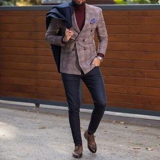 Cómo combinar: abrigo largo negro, blazer cruzado de lana a cuadros marrón, jersey de cuello alto burdeos, pantalón chino de lana negro