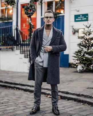 Cómo combinar: abrigo largo en gris oscuro, blazer cruzado de lana gris, jersey de cuello alto marrón claro, pantalón de vestir de lana a cuadros en gris oscuro