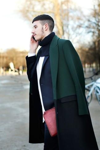 Cómo combinar: abrigo largo verde oscuro, blazer azul marino, jersey con cuello circular blanco, vaqueros azul marino