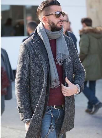Cómo combinar: abrigo largo de espiguilla en gris oscuro, blazer de lana en gris oscuro, jersey con cuello circular burdeos, vaqueros azules