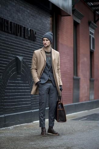 Cómo combinar: abrigo largo en beige, blazer de lana en gris oscuro, jersey con cuello circular en zig zag negro, pantalón cargo en gris oscuro