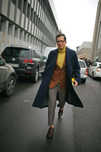 Cómo combinar: abrigo largo azul marino, blazer de lana en tabaco, jersey de cuello alto de lana mostaza, pantalón de vestir gris