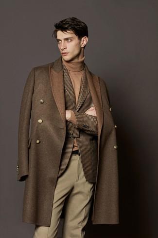 Cómo combinar: abrigo largo marrón, blazer de lana de pata de gallo marrón, jersey de cuello alto marrón claro, pantalón de vestir de lana en beige