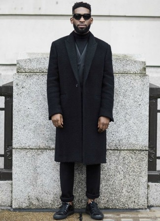 Cómo combinar: abrigo largo negro, blazer en gris oscuro, jersey de cuello alto negro, pantalón chino negro
