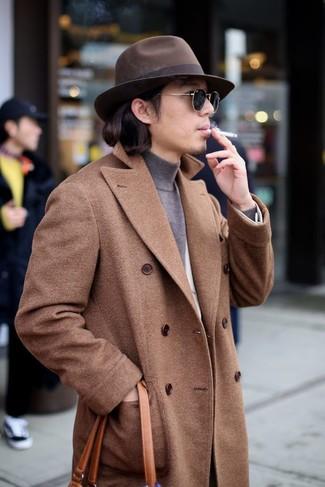 Cómo combinar: abrigo largo marrón, blazer de lana blanco, jersey de cuello alto gris, bolsa tote de cuero en tabaco
