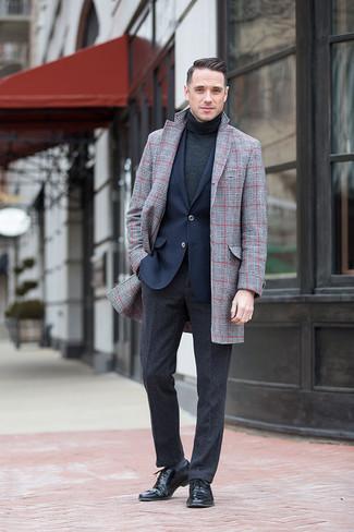 Cómo combinar: abrigo largo de tartán gris, blazer azul marino, jersey de cuello alto en gris oscuro, pantalón de vestir de lana en gris oscuro