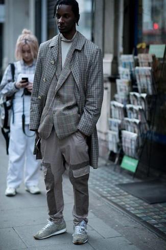 Cómo combinar: abrigo largo a cuadros gris, blazer a cuadros gris, jersey de cuello alto blanco, pantalón cargo gris