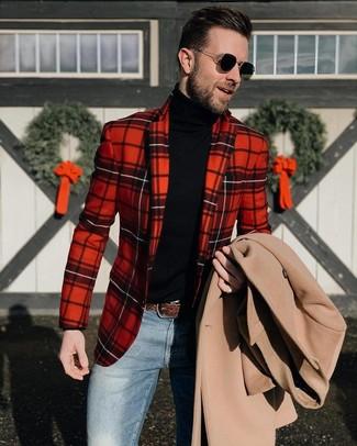 Cómo combinar: abrigo largo en beige, blazer de tartán rojo, jersey de cuello alto negro, vaqueros azules