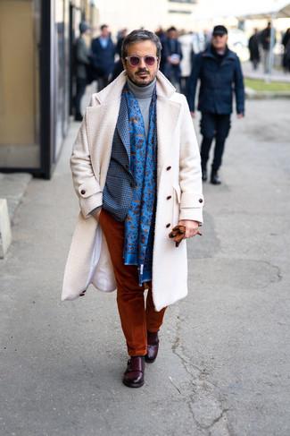 Cómo combinar: abrigo largo blanco, blazer de cuadro vichy azul, jersey de cuello alto de lana gris, pantalón chino de pana en tabaco