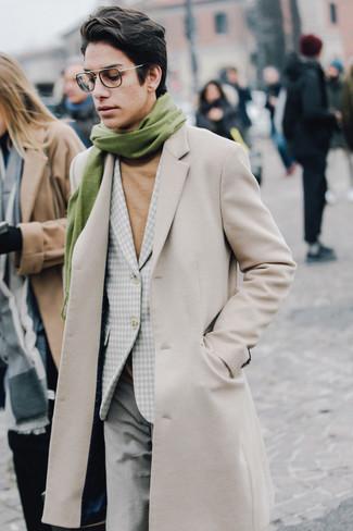 Cómo combinar: abrigo largo en beige, blazer de cuadro vichy gris, jersey de cuello alto marrón claro, pantalón de vestir de lana gris