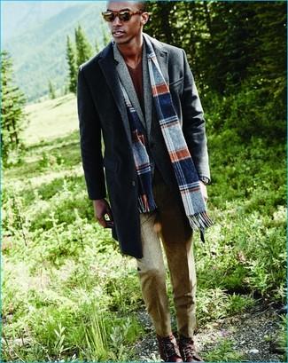 Cómo combinar: abrigo largo en gris oscuro, blazer de lana gris, jersey de pico marrón, pantalón de vestir de lana en beige