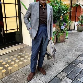 Cómo combinar: abrigo largo de pata de gallo gris, blazer a cuadros gris, polo de manga larga en marrón oscuro, pantalón chino de lino azul marino