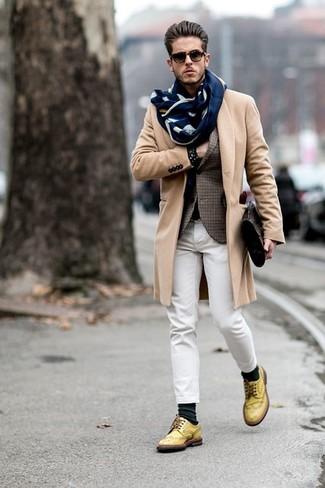 Cómo combinar: abrigo largo marrón claro, blazer de tartán marrón, vaqueros blancos, zapatos brogue de cuero amarillos