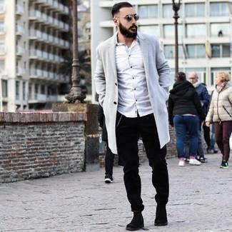 Cómo combinar: abrigo largo gris, camisa de manga larga blanca, pantalón chino de pana negro, botines chelsea de ante negros