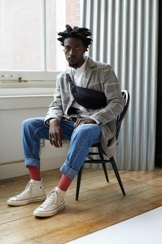Cómo combinar: abrigo largo a cuadros gris, camisa de manga larga blanca, vaqueros azules, zapatillas altas de lona blancas