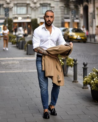 Cómo combinar: abrigo largo marrón claro, camisa de manga larga blanca, vaqueros azules, mocasín con borlas de cuero negro