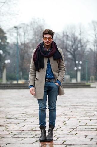 Cómo combinar: abrigo largo gris, camisa de manga larga estampada azul, vaqueros azules, botas casual de cuero en marrón oscuro