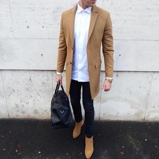 Cómo combinar: abrigo largo marrón claro, camisa de manga larga blanca, vaqueros pitillo azul marino, botines chelsea de ante marrón claro