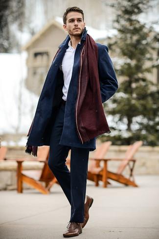 Cómo combinar: abrigo largo azul marino, camisa de vestir blanca, pantalón chino azul marino, zapatos oxford de cuero marrónes