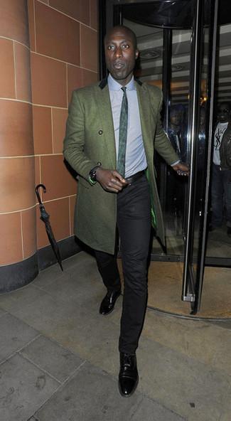 Cómo combinar: abrigo largo verde oscuro, camisa de vestir celeste, pantalón chino negro, zapatos oxford de cuero negros