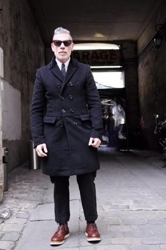 Cómo combinar: abrigo largo negro, camisa de vestir blanca, pantalón de vestir de lana negro, botas casual de cuero burdeos