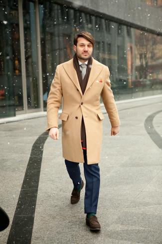 Cómo combinar: abrigo largo marrón claro, camisa de vestir blanca, pantalón de vestir azul, mocasín de ante en marrón oscuro