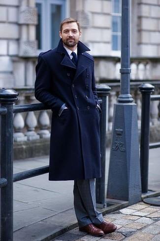 Cómo combinar: abrigo largo azul marino, camisa de vestir blanca, pantalón de vestir a cuadros gris, zapatos oxford de cuero burdeos