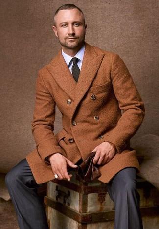 Cómo combinar: abrigo largo en tabaco, camisa de vestir blanca, pantalón de vestir de rayas verticales en gris oscuro, corbata estampada verde oscuro