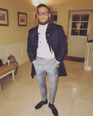 Cómo combinar: abrigo largo azul marino, camisa de vestir blanca, pantalón de vestir a cuadros gris, mocasín de cuero negro