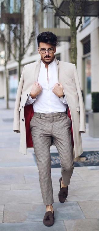 Cómo combinar: abrigo largo en beige, camisa de vestir blanca, pantalón de vestir a cuadros en beige, mocasín con borlas de ante en marrón oscuro